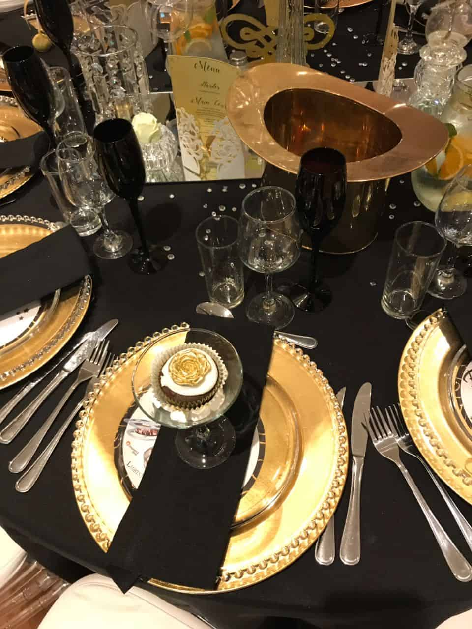 gold underplates with black napkins